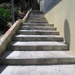 le scale da percorrere per arrivare all'hotel