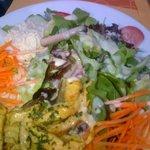 La salade volaille curry avec supplément Marlboro...