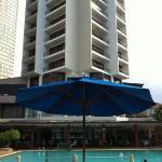 プールサイドから見たホテル。