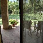 vista del portico/giardino dall'ingresso