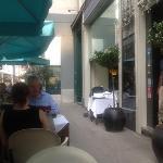 nice outside dining area on trottoir