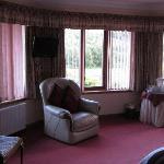 Habitación rosa. Sofás y ventana.