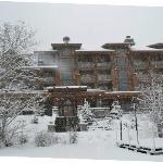 El hotel desde el lago congelado