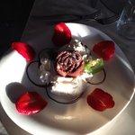 rosa al cioccolato con panna e fragole