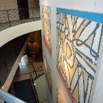 Coursives avec tableaux d'art au mur