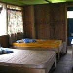 habitación con colchones deteriorados