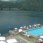 Piscina in riva al lago vista dalla camera