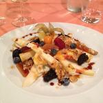 Antipasto Insalata di frutta e formaggio con mosto cotto al lambrusco