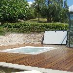 Jacuzzi 5 posti, collegata alla piscina con una piccola scalinata. Pavimento fantastico in legno