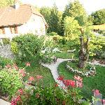 Le cotés jardin avec le coin repas...