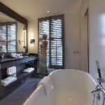 Executive Deluxe Bathroom