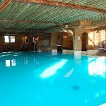 La piscine et le jaccuzi au fond à droite