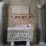 sarcofago con motivos del mito de medusa