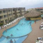 Vista de la piscina, al fondo la playa
