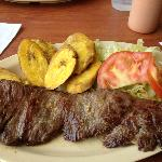 churrasco, tostones y ensalda (Skirt Steak, green plantains & salad)