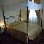 Chambre romantique avec lit à baldaquin