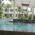 acces direct a la piscine depuis la terrasse de la chambre