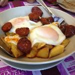Huevos como salgan con chorizo de potes