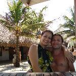 Eu e meu marido esperando o almoço no crocobeach!