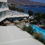 Θέα ξενοδ και πισίνας από το δωμάτιο