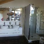 Salle-de-bains ouverte sur chambre à l'étage