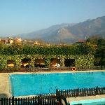 Vistas desde el salón a la piscina y terraza cubierta exterior!