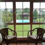 Vista a la piscina y al jardín desde júnior suite H-13