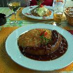 Bratwurst mit rösti und zwiebelnsaus