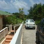 La route devant les bungalows et le type de voiture que vous louez avec la chambre