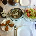 La Cueva - almejas (clams), mejillones rellenados (stuffed mussels), salad