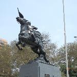 Estatua de Hugarte en el parque a 100 metros del Hotel