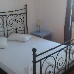 dormitorio principal, con vistas a piscina y balcón con vistas a la ciudad
