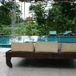 Zwembad ligt in mooie tuin met uitzicht op Ping river