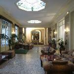 Lobby mit Durchgang zum Garten