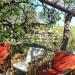 Areas de descanso y comedor al fonde, sobre el Okavango