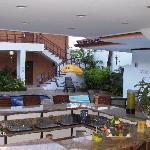 Vista del bar hacia la piscina y terraza.