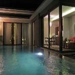 Seminyak Icon Villa - Pool area at night