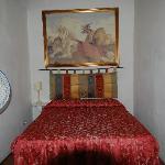 notare il minimo spazio tra letto e muri