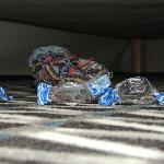 Dettaglio calzino sporco sotto il letto