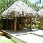 Pequeña cabaña frente a la piscina privada