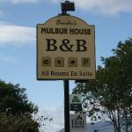 Panneau indiquant le B&B sur le bord de la route