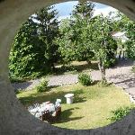 vue du jardin par la lucarne de la chambre