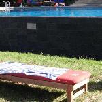 incuria, le mattonelle della piscina a sfioro staccate