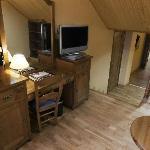 Sala con el escritorio y otra TV
