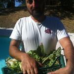 Massimiliano con le verdure appena colte dall orto