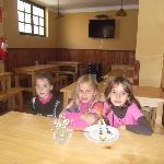 Las nenas en el comedor de mamá Simona