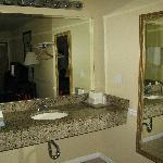 le lavabo est séparé du coin toilettes/douches