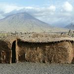 El volcan Ol Doinyo Lengai desde un poblado massai