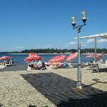 Vista de la playa y las tumbonas que alquila el hotel