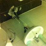 salle de bain TRÈS SAL, moisi, cheveux, poils, odeur d'urine..